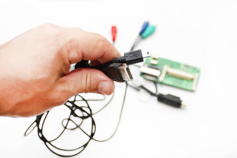 Manöverenheten USB, miniUSB, HDMI i en hand arkivbild