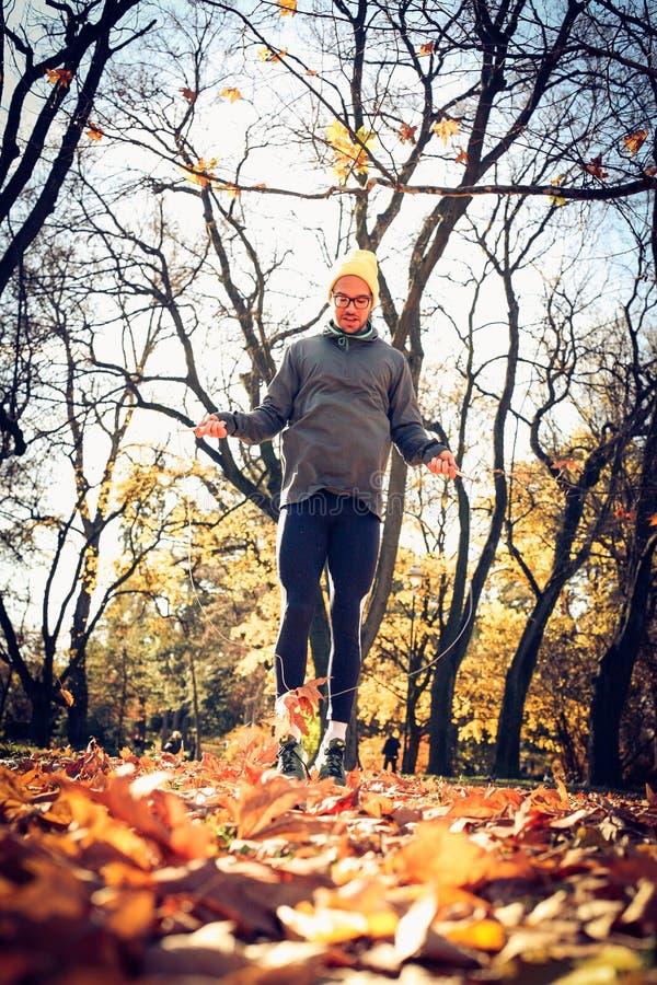 Manövning med hopprepet säsong för bana för höstfallskog royaltyfria bilder
