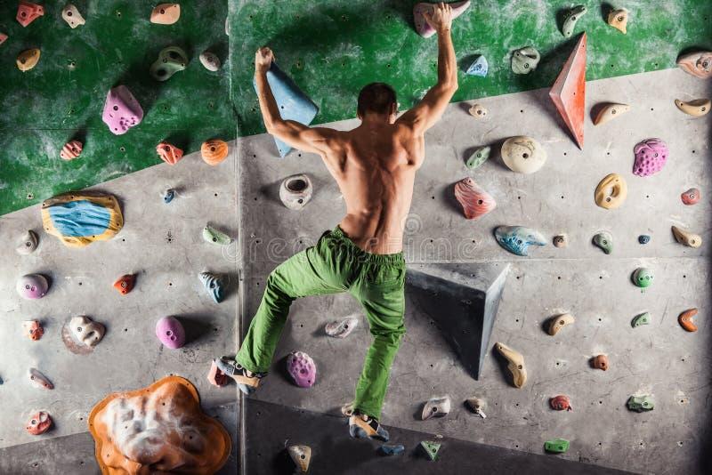 Manövning som inomhus bouldering och klättrar fotografering för bildbyråer