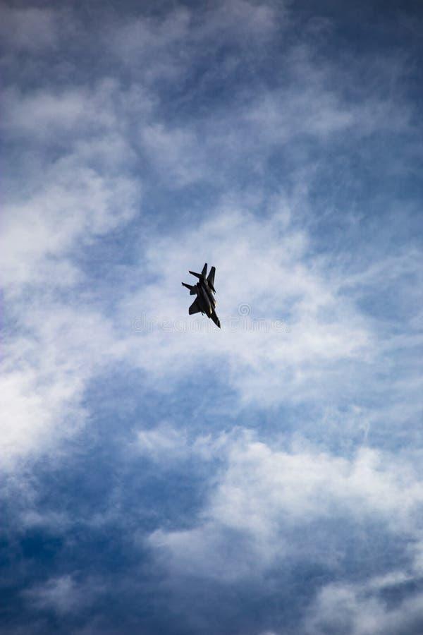 Manövrera F-15 arkivbild