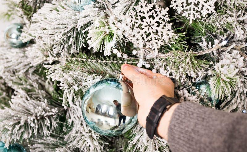 Man& x27 χέρι του s με τις σφαίρες Χριστουγέννων Χειμώνας, κόμμα, νέες έτος και έννοια Χριστουγέννων στοκ εικόνα