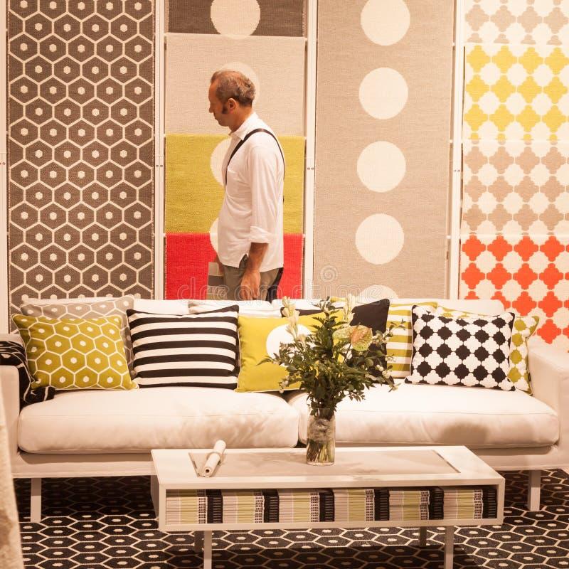 Man att besöka HOMI, internationell show för hem i Milan, Italien royaltyfri foto