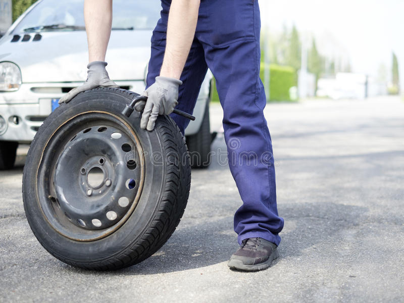 Man att fixa ett bilproblem efter medelsammanbrott royaltyfri fotografi