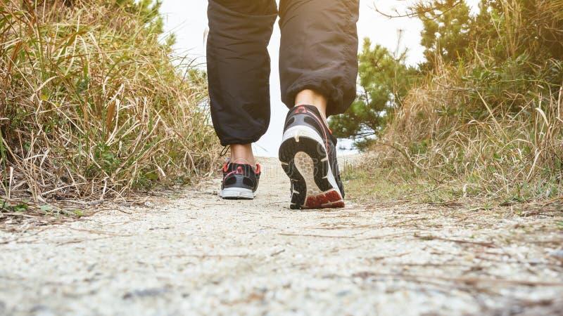 Man att gå på utomhus- jogga övning för slingaspår fotografering för bildbyråer