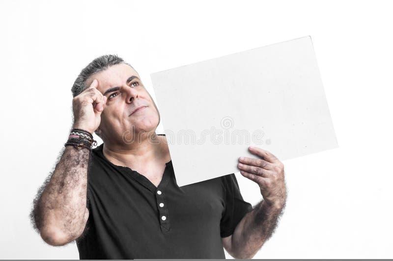 Man att göra en gest med svart tavla som isoleras på vit bakgrund arkivfoto