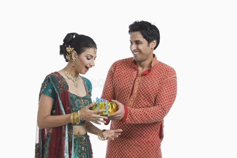 Man att ge gåvan till hans fru på Diwali royaltyfria foton