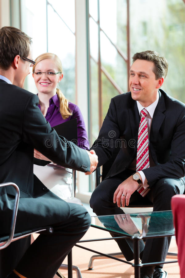 Man att ha en intervju med chef- och partneranställningjobb royaltyfri foto