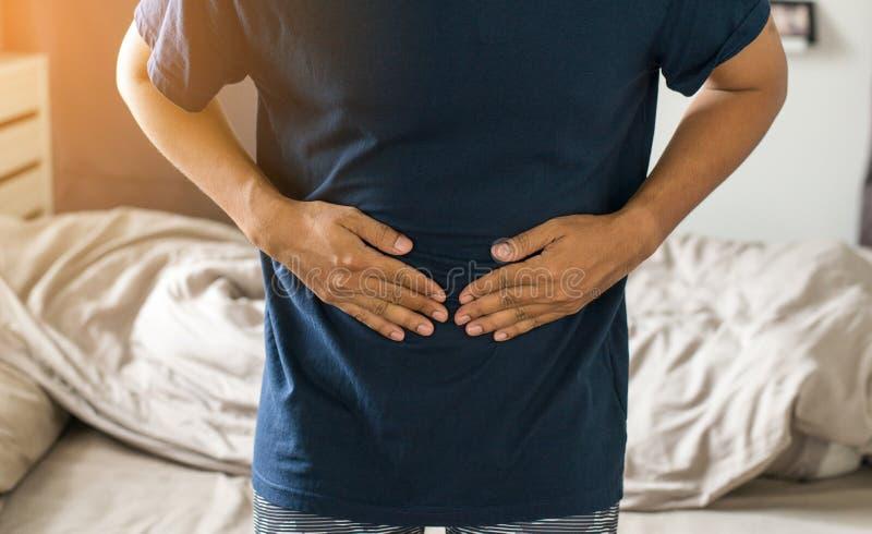 Man att ha smärtsamt magknip, manligt lidande från buk- smärtar royaltyfri foto