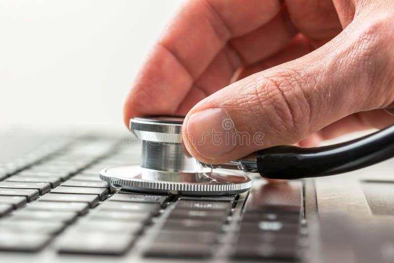 Man att kontrollera hälsan av hans bärbar datordator arkivbilder