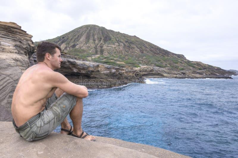 Man att koppla av vid havet i Oahu, Hawaii royaltyfri fotografi