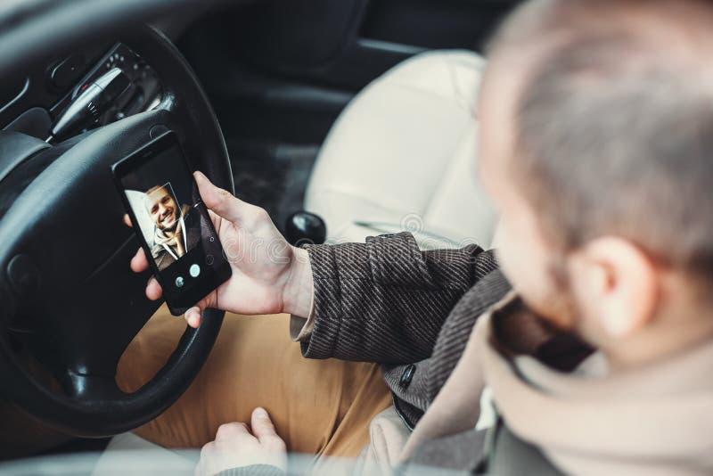 Man att låsa smartphonen upp vid ansikts- erkännande eller att ta en selfie royaltyfri bild