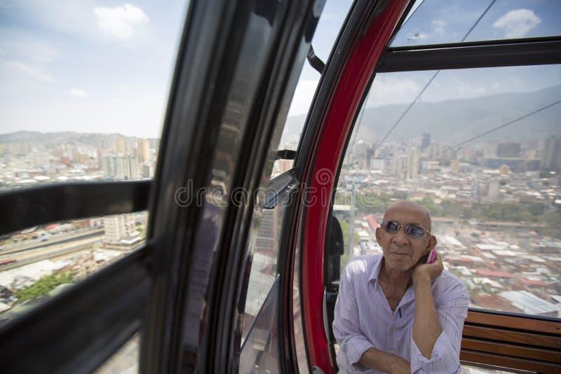 Man att lyssna till hans radio i flyg- tunnelbana av Caracas royaltyfri foto
