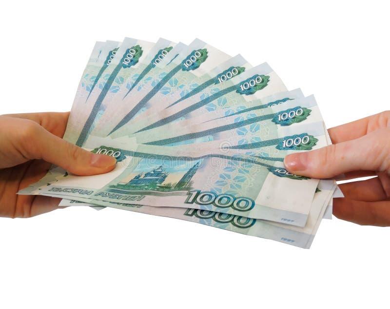 Man att r?kna pengar, ekonomibegreppet, tilldelning av pengar H?nder som ger pengar som isoleras p? vit bakgrund arkivbild
