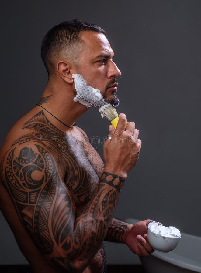 man att raka K?nsligt nytt, n?r att ha rakat brutal idrottsmantvagning i bad steroider sport och kondition, h?lsa royaltyfri bild