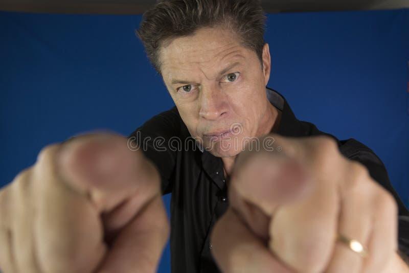Man att se direkt på dig med hans nävar som ska slåss fotografering för bildbyråer