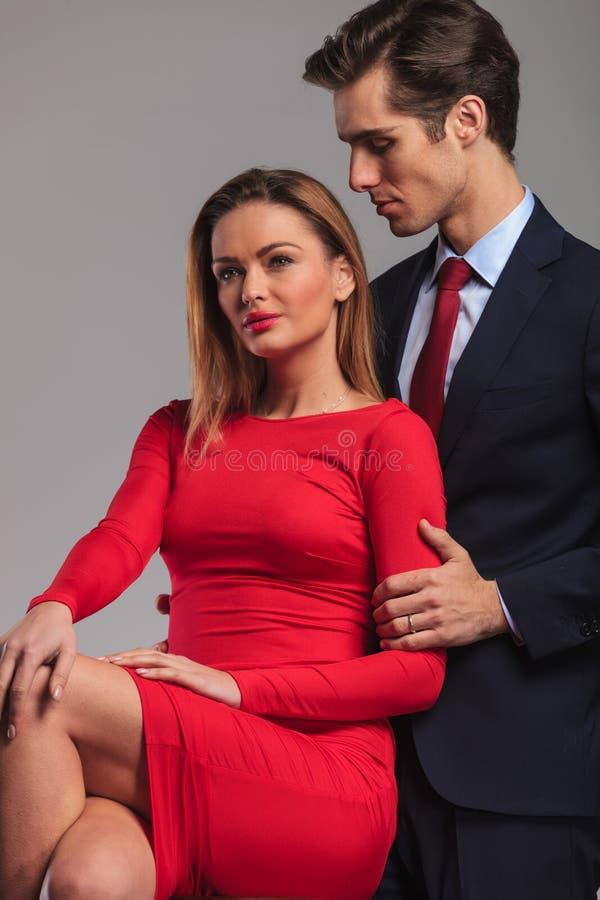 Man att se hans iklädda röda klänning för frun royaltyfria foton