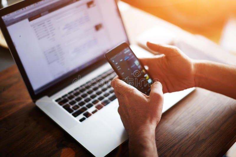 Man att shoppa som är online-, medan sitta i hennes kontor arkivfoto