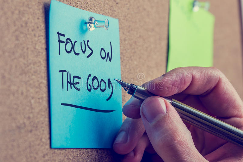 Man att skriva ett motivational meddelande på ett bräde royaltyfria foton