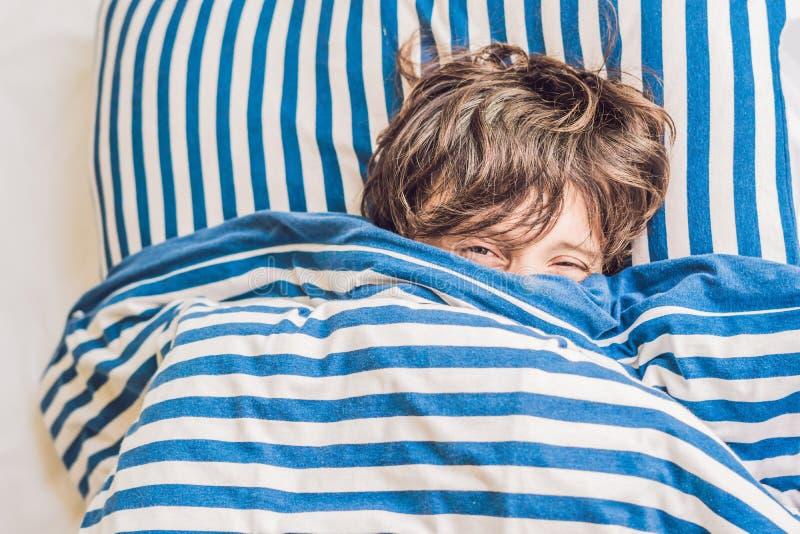 Man att sova på hans säng i sovrum hemma royaltyfri fotografi