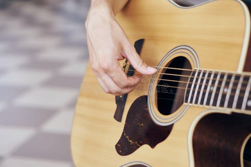 Man att spela gitarren, närbilden, händer royaltyfri fotografi