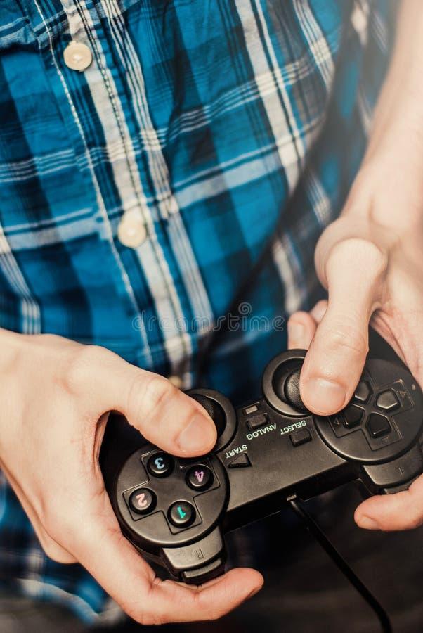 Man att spela på styrspaken i en modig konsol close upp fotografering för bildbyråer