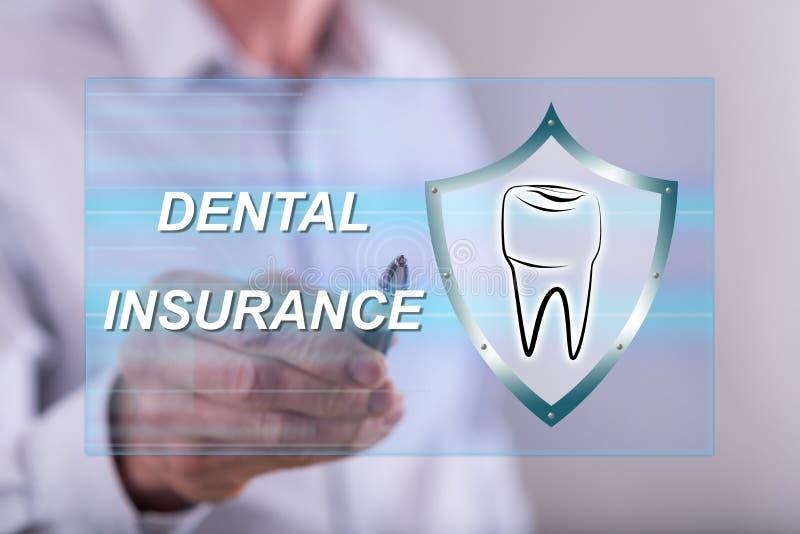 Man att trycka på ett tandvårdsförsäkringbegrepp på en pekskärm arkivbilder