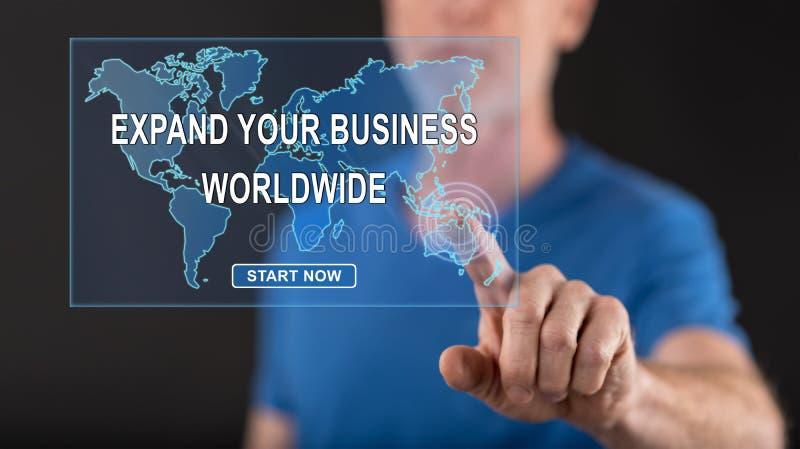 Man att trycka på ett världsomspännande näringslivsutvecklingbegrepp på en pekskärm royaltyfri bild