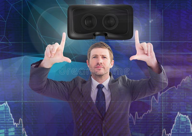 Man att trycka på och växelverkan med virtuell verklighethörlurar med mikrofon med övergångseffekt royaltyfria foton