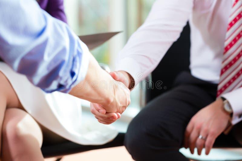 Man att uppröra händer med chefen på jobbintervjun arkivfoton