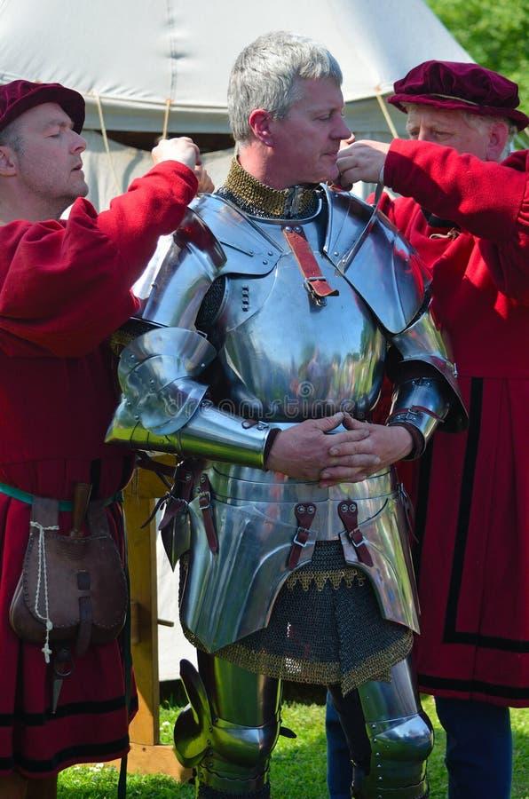 Man att vara den iklädda elisabetanska harnesken av män i dräkt royaltyfri foto