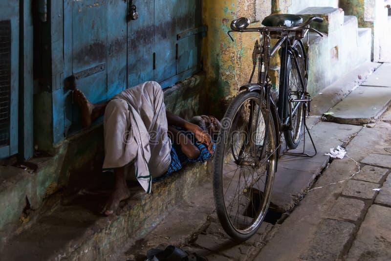 Man att vila i den Kumbakonam bazaren, Indien arkivbilder