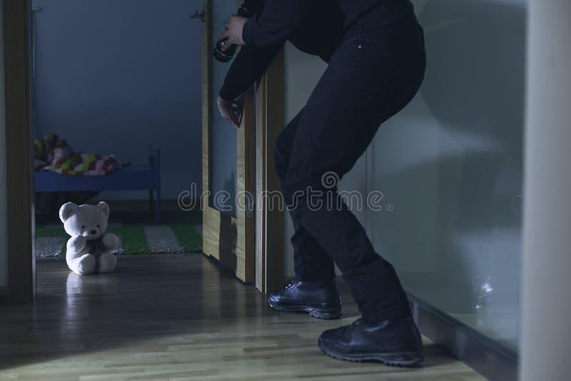 Man avbrott in i barnets sovrum arkivfoton