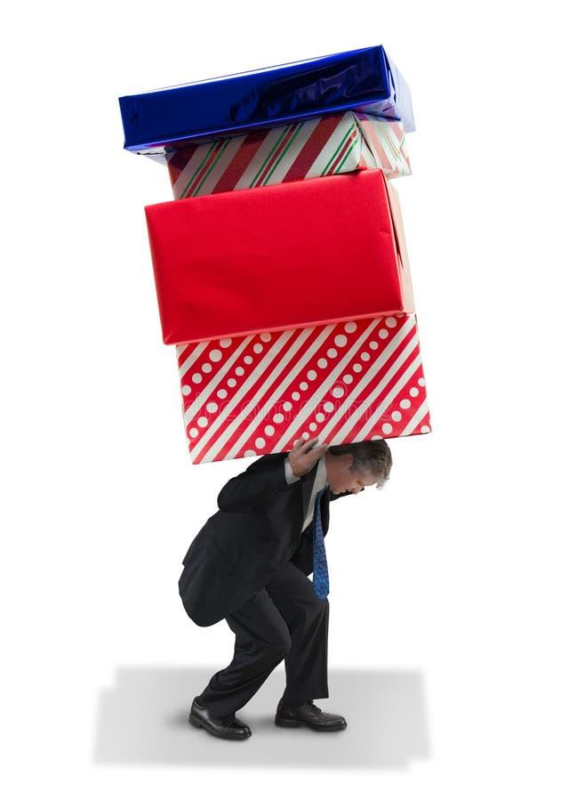 Man bärande jätte- gåvajul och den finansiella spendien för födelsedag royaltyfri foto