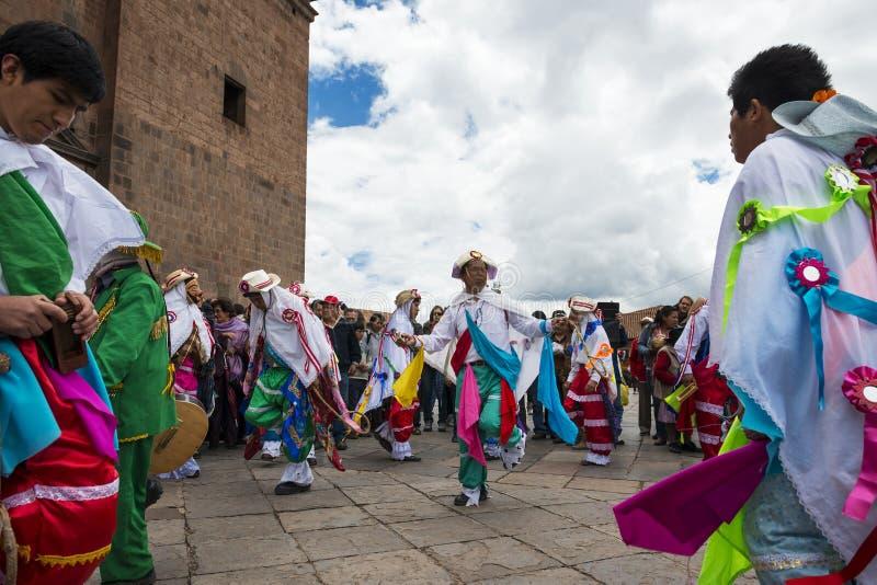 Man bärande traditionella kläder och maskeringar som framme dansar Huayliaen i juldagen av den Cuzco domkyrkan i Cuzco, Peru royaltyfria foton