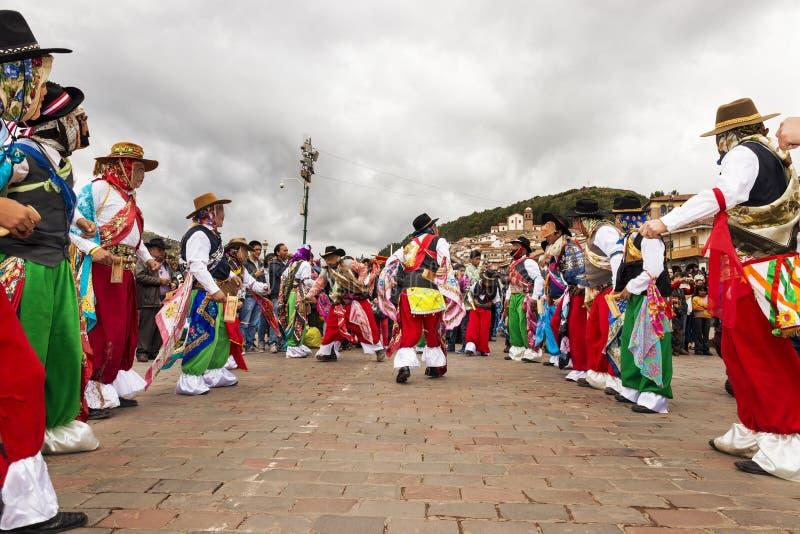 Man bärande traditionella kläder och maskeringar som framme dansar Huayliaen i juldagen av den Cuzco domkyrkan i Cuzco, Peru royaltyfri fotografi