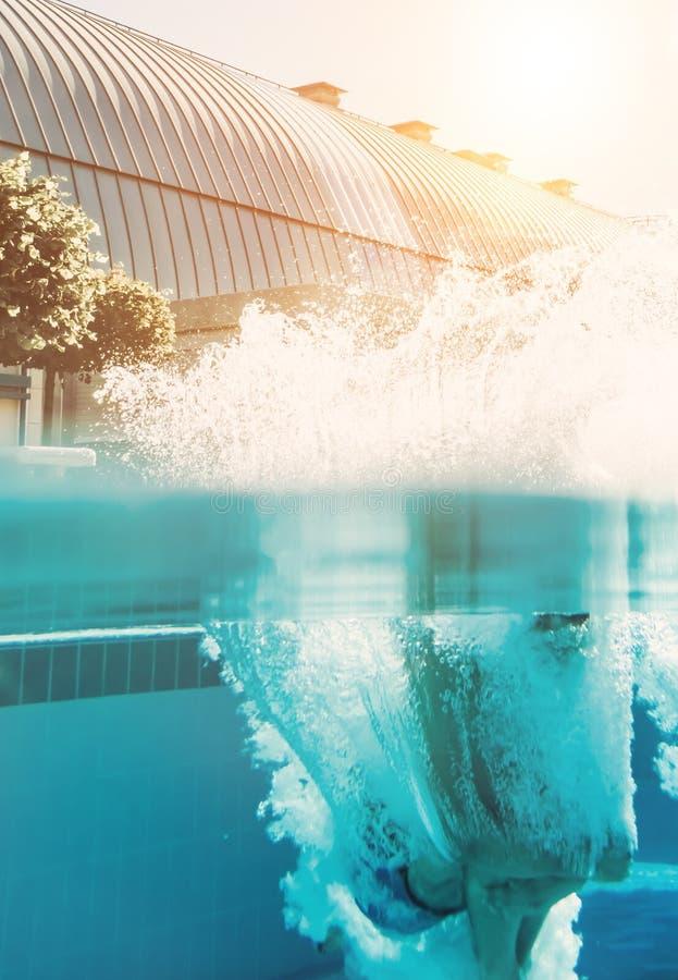 Man banhoppningen in i simbassäng royaltyfria bilder