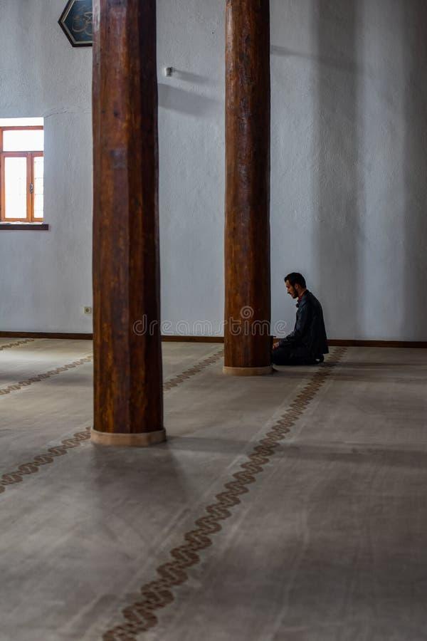 Man bemannt Gebet in der Moschee lizenzfreie stockbilder