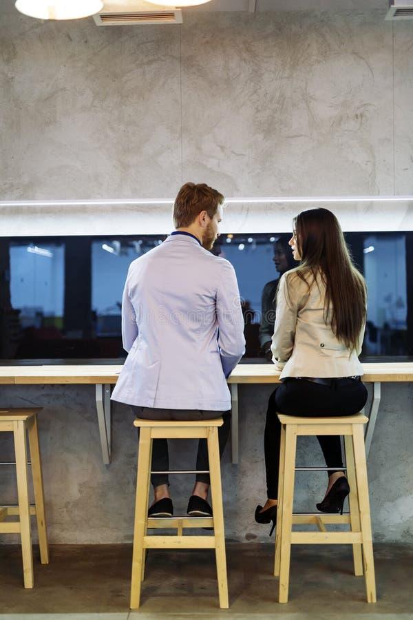 Man benaderingenvrouw in een bar royalty-vrije stock afbeeldingen