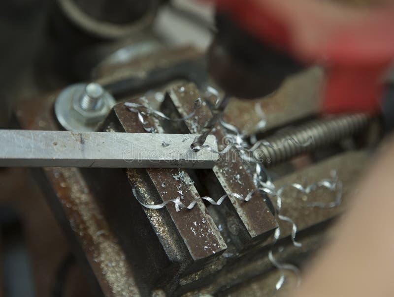 Man borrande i stålplatta med bänkdrillborren Närbildelkraft royaltyfri fotografi
