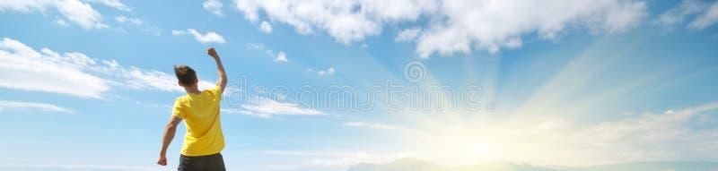 Man bovenop de berg royalty-vrije stock afbeelding