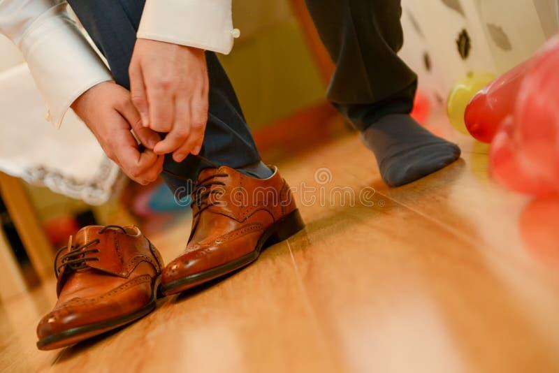Man bundet skosnöre royaltyfria foton