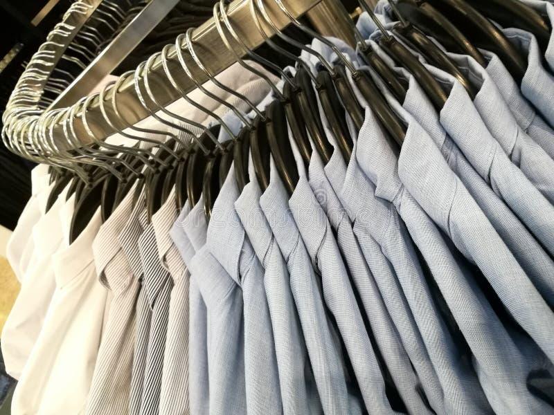 Man& x27; camisas de s em ganchos fotografia de stock