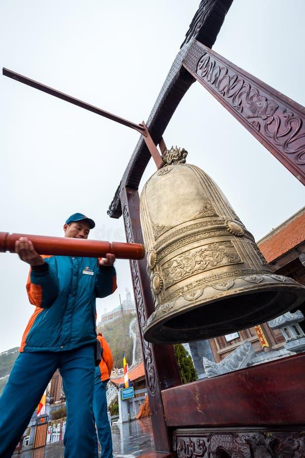 Man cirkeln en guld- klocka på den Fansipan legenden av Sa-PA, Vietnam royaltyfri bild