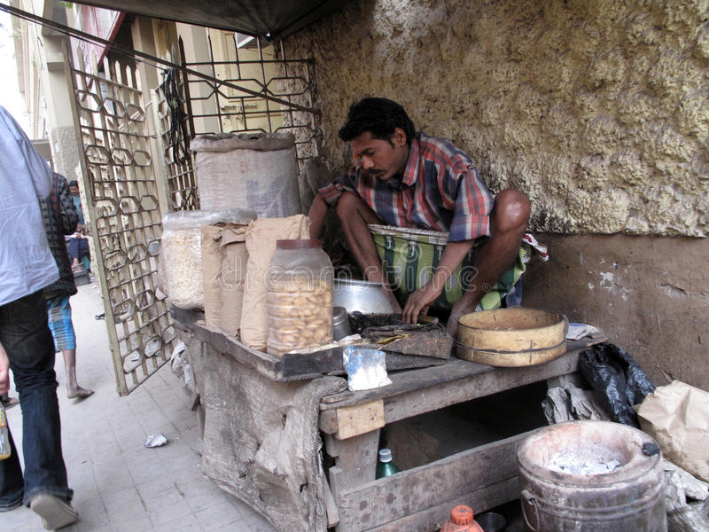 Man cooking on the street in the Chowringhee area of Kolkata royalty free stock photos