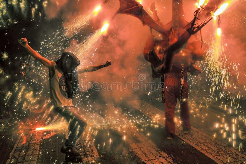 Man dansen in i gnistorna royaltyfri fotografi