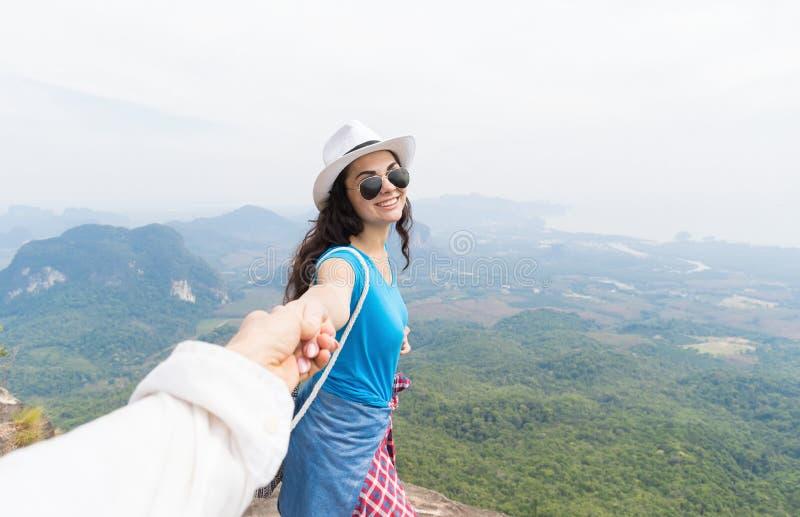 Man de Hand van de Greepvrouw, Toeristenpaar op Berg Hoogste Gelukkige Glimlach geniet van Mooi Landschap royalty-vrije stock fotografie