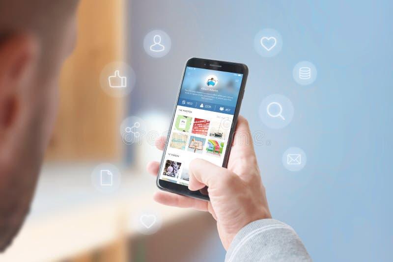Man deelt foto's en video's met zijn vrienden over het concept van een sociaal netwerk stock afbeelding