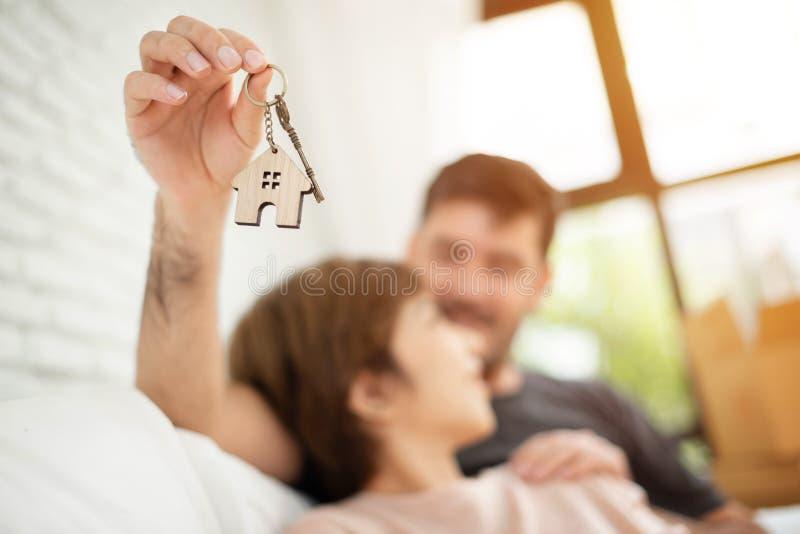 Man den överraskande kvinnan med en tangent av deras nya hus royaltyfria bilder