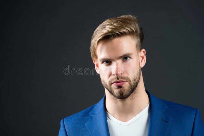 Man den allvarliga skäggiga orakade grabben med perfekt frisyrmörkerbakgrund Enkla hackor som gör frisyren bättre bruk royaltyfria bilder