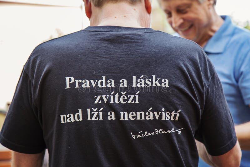 Man den bärande T-tröja med Vaclav Havel mest populärt motto arkivbilder